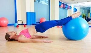 Esercizio per allenare il pavimento pelvico durante la gravidanza.