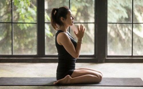 Alleviare i dolori mestruali con 6 posizioni yoga