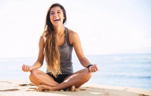 Ragazza che fa yoga e sorride