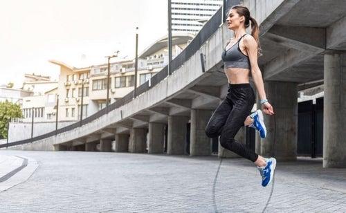 Ecco gli innumerevoli benefici del saltare la corda