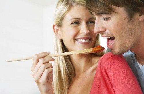 Uomo che assaggia salsa fatta in casa