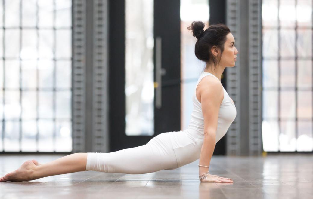 Yoga posizione del cane a testa in su