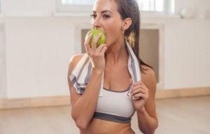 donna che mangia una mela