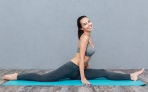 Donna sorridente fa yoga
