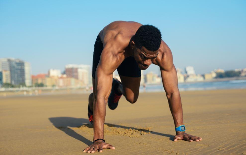 Uomo che si allena in spiaggia