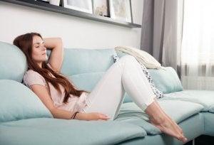 donna riposa sul divano