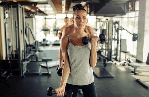 Mettere massa muscolare senza pesi: è possibile?