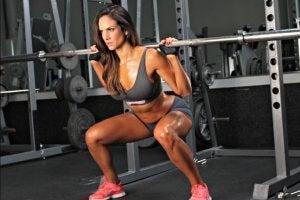 donna esegue squat con peso