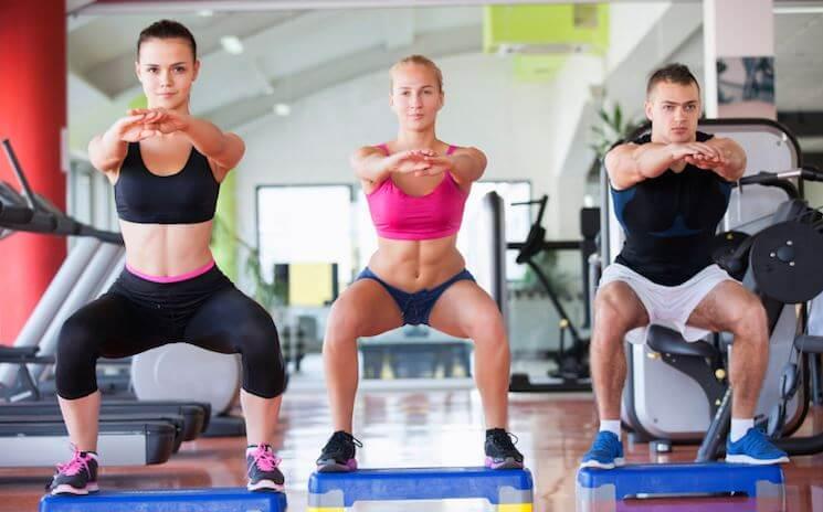 Squat per allenare i glutei e le gambe in casa