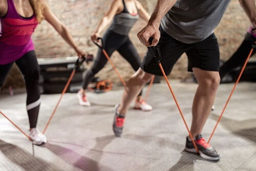 Alcune persone si allenano in palestra con gli elastici