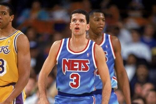 Drazen Petrovic con la maglietta dei Nets