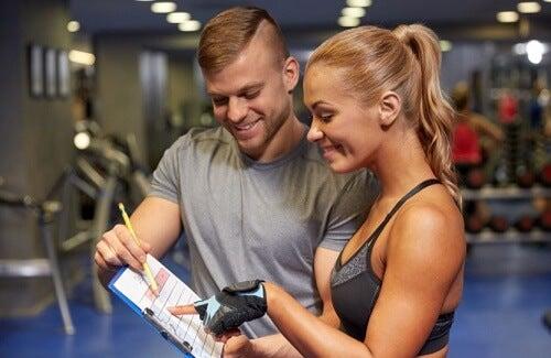 Istruttore spiega a atleta come migliorare il corpo