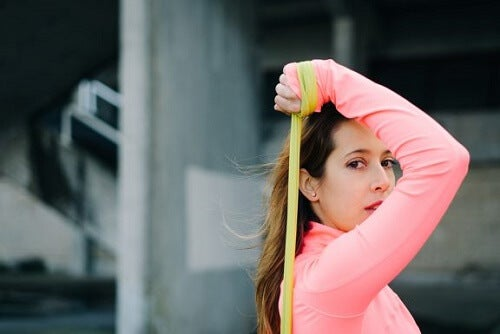 5 esercizi per le braccia con l'elastico