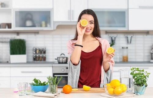 Ragazza con arancia su occhio