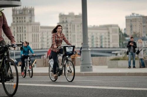 Donna in bici pedala in città