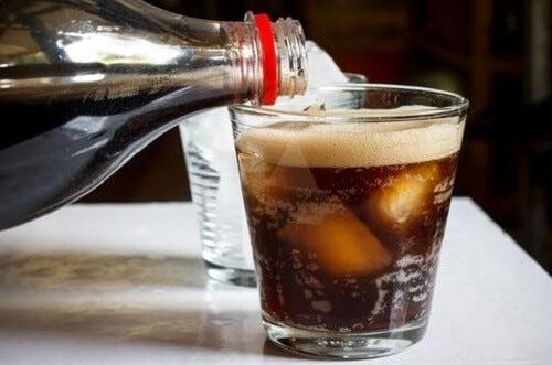 Una bevanda gassosa versata in bicchiere