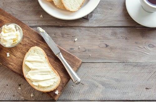 Fetta di pane con margarina