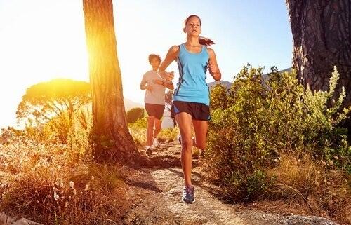 due ragazze nel parco corrono tra gli alberi