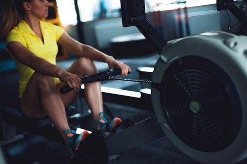 12 esercizi con il vogatore per allenare tutto il corpo