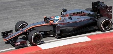 La Mclaren MP4-30 di Fernando Alonso ai box
