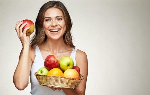 ragazza con cesta di mele sorridente