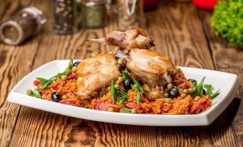 un piatto di pollo con verdure cotte al vapore