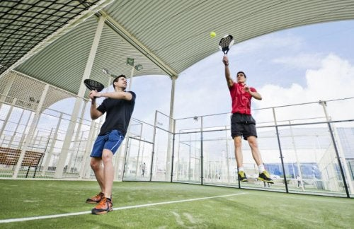 Giocare a paddle tennis