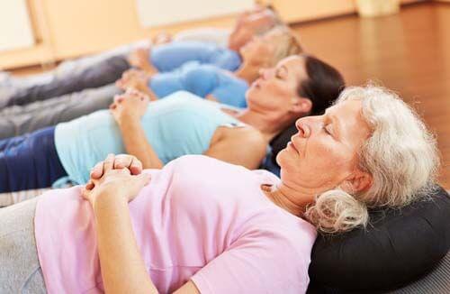 Anziani in fase di relax in palestra