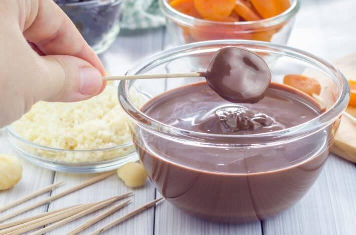 Dessert con frutta secca e cioccolato