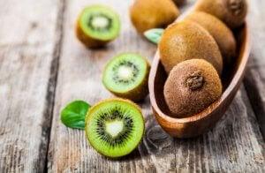 cesto di kiwi su un tavolo