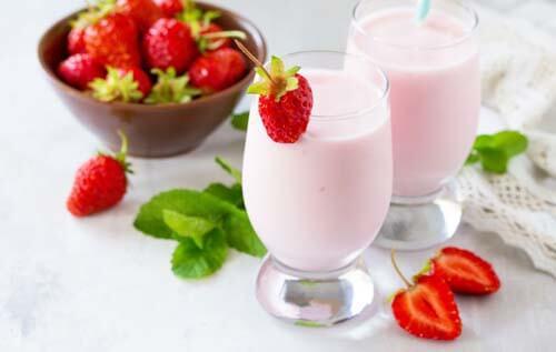 Due bicchieri con yogurt alle fragole