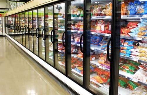 Frigoriferi di supermercato con alimenti ultraelaborati