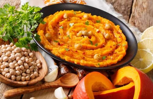 Piatto di hummus di zucca