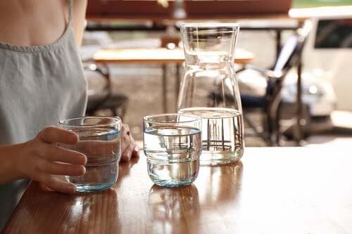 Donna beve dell'acqua idrogenata