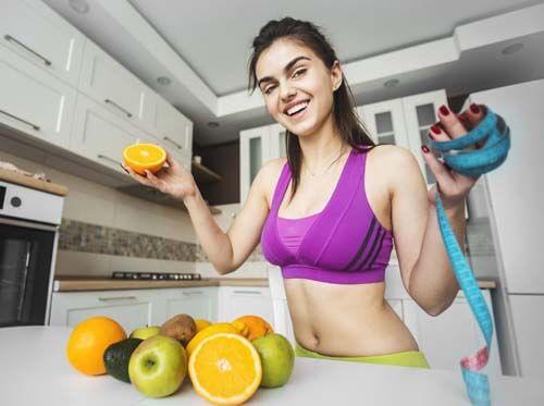 Ragazza in cucina con le arance