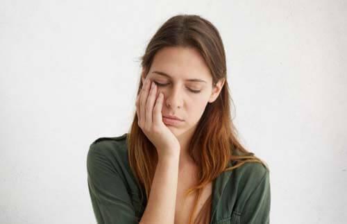 Ragazza stanca con l'iponatremia