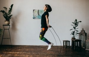 donna salta con la corda in casa