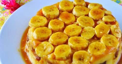 Torta coperta da pezzi di banana