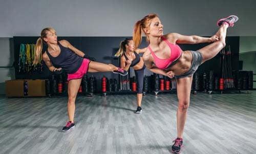 Tre ragazze si allenano assieme