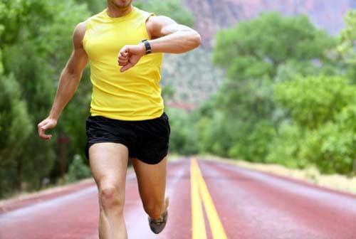 Uomo corre con il cardiofrequenzimetro da polso