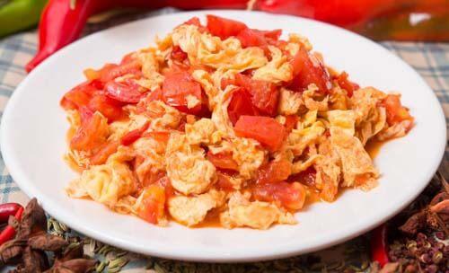Piatto di uova con pomodori