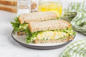sandwich con lattuga e uovo nel piatto