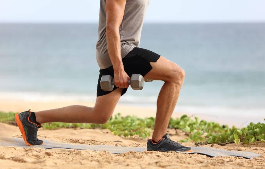 uomo f affondi con manubri per allenamento muscolare completo