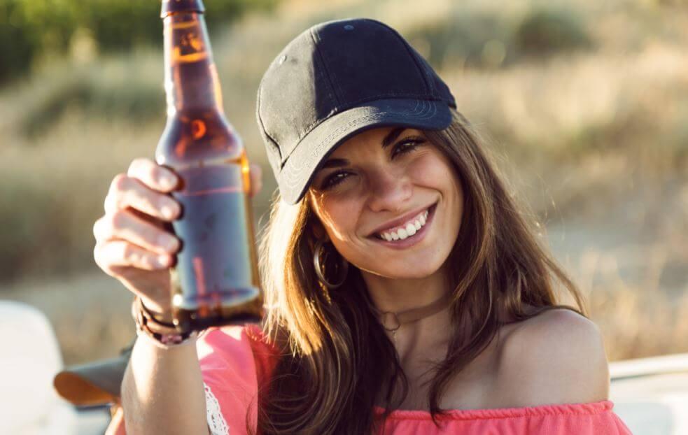 ragazza con bottiglia di birra