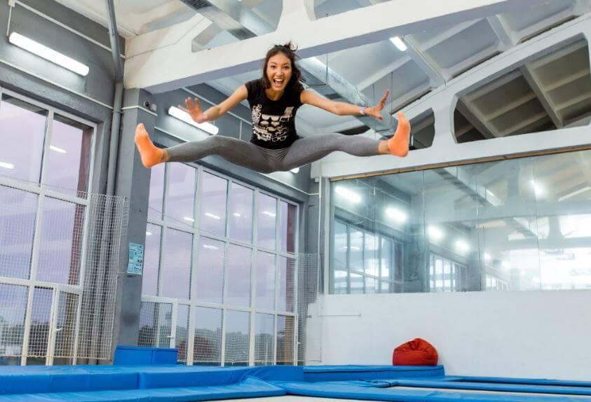 ragazza salta sul trampolino elastico