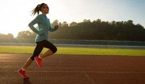 donna corre in un campetto sportivo
