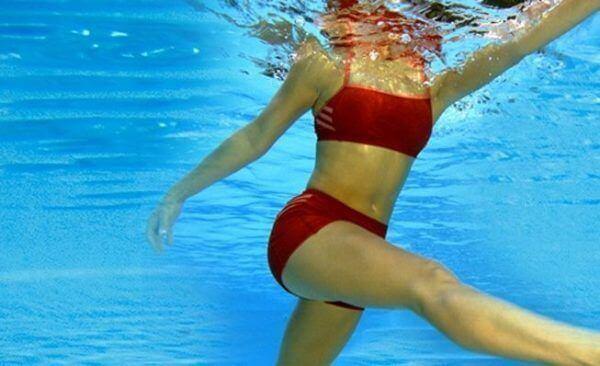 ragazza pratica acquagym