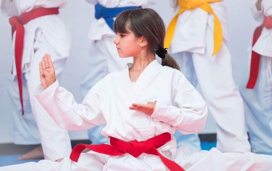bambina fa arti marziali