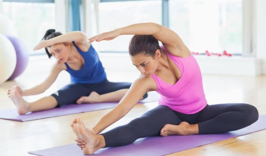 due donne fanno pilates