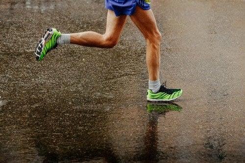 Correre sotto la pioggia: consigli per appassionati di running